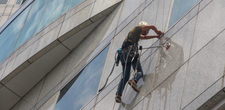 Comment trouver un professionnel pour le lavage des vitres et gouttières?